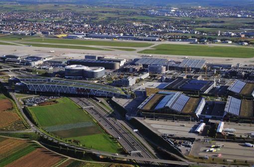 Über die Anbindung des Landesflughafens und der Messe an den Schienenverkehr und das Verkehrsangebot ist ein Streit entbrannt. Foto: Manfred Storck