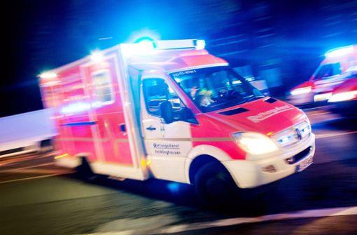 Ein Rettungswagen brachte den Mann ins Krankenhaus (Symbolfoto). Foto: dpa
