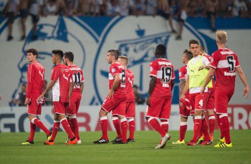 Die Spieler des VfB Stuttgart verließen das Stadion mit hängenden Köpfen nach dem Aus im DFB-Pokal beim FC Hansa Rostock. Foto: Pressefoto Baumann