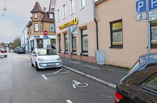 Rollstuhlfahrer klagt über unbenutzbare  Behindertenparkplätze