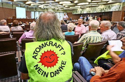 Im voll besetzten großen Saal des Kreishauses sprechen sich die Kommunalpolitiker gegen die Ablagerung von Schutt aus Neckarwestheim auf Kreisdeponien aus. Foto: factum/Granville