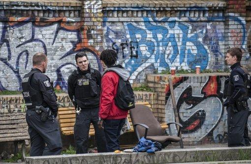 Zwei Polizisten sprechen mit einem Passanten im Görlitzer Park Foto: dpa
