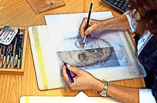 Einst wurden viele Phantombilder  gezeichnet. Heute hilft einem  der Computer. Foto: dpa