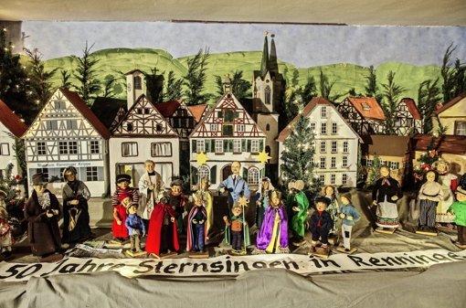 Die Aussendung der Sternsinger vor dem Renninger Rathaus mit  Franz Pitzal (hinten links, weißes Gewand) und Wolfgang Faißt (Mitte, blauer Anzug). Foto: Bartek Langer