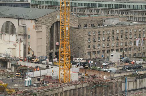 Um das 17 000 Tonnen schwere Gebäude an der Stelle für den Tunnelbau abfangen zu können, wurden Mikropfähle in den Boden getrieben und mit speziellen Balken unterbetoniert. Foto: dpa