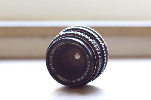 Beim diesem Bild ist die Blende des Objektivs geschlossen; die Blendenlamellen sind eng zusammen und lassen nur wenig Licht durch. Foto: Florian Kontny