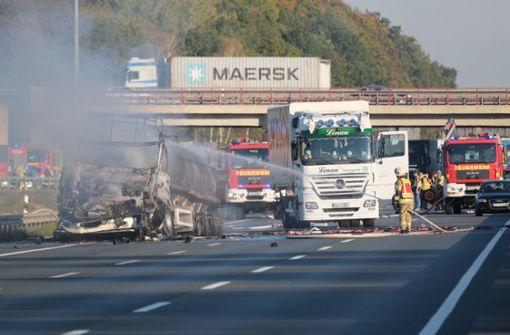 Tanklaster in Flammen - Lastwagenfahrer stirbt
