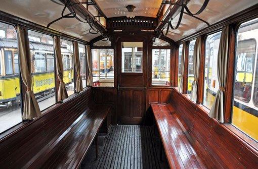 In diesem historischen Wagen saßen sich die Fahrgäste auf einer durchgehenden Holzsitzbank vis-à-vis. Foto: Leserfotograf renate1706