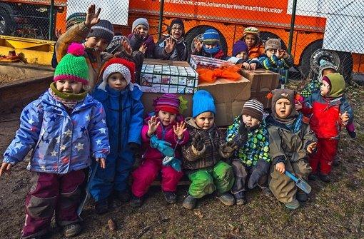 Die Weihnachtspäckchen, die die Mädchen und Buben  gepackt und verziert haben, sollen im Norden Rumäniens an arme Kinder verteilt werden. Foto:
