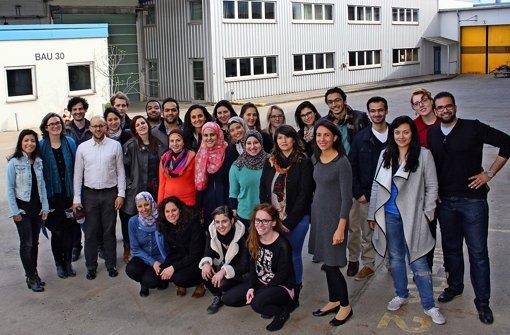Die Gäste der Uni Stuttgart gemeinsam mit Werk-8-Geschäftsführerin Sevil Özlük Foto: Torsten Ströbele