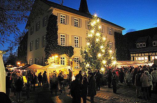 Die Sternlein prangen nicht nur auf dem Stuttgarter Weihnachtsmarkt rund um den Markplatz. Auch durch die Stadtbezirke weht ein Hauch von Weihnachtsduft. Wie etwa rund um die Martinskirche - die wegen ihrer imposanten Größe auch Filderdom genannt wird - und vor dem Bezirksrathaus in bStuttgart-Möhringen/b. Hier sind am bSamstag, 1. Dezember/b von 11 bis 18 Uhr die Stände des Christkindlesmarkts aufgebaut. Foto: Volker Grosser