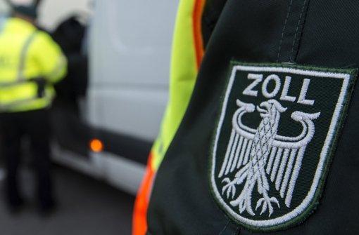 Seit Anfang des Jahres gilt der Mindestlohn von 8,50 Euro pro Stunde  – zur Kontrolle erscheinen die Zollbeamten bewaffnet Foto: dpa