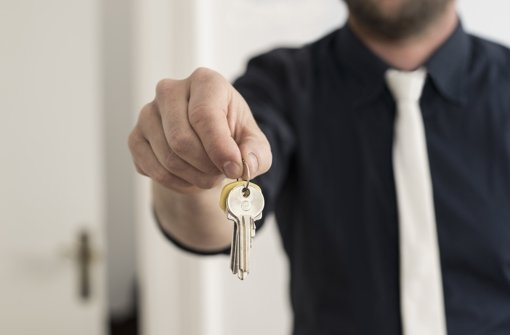 Benötigt der Mieter mehr als zwei Wohnungs- oder Haustürschlüssel – etwa für die Kinder oder die Putzhilfe –, so muss der Vermieter für eine ausreichende Zahl sorgen. Foto:
