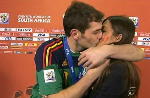 Statt Pokal: Spanien feiert den Kuss