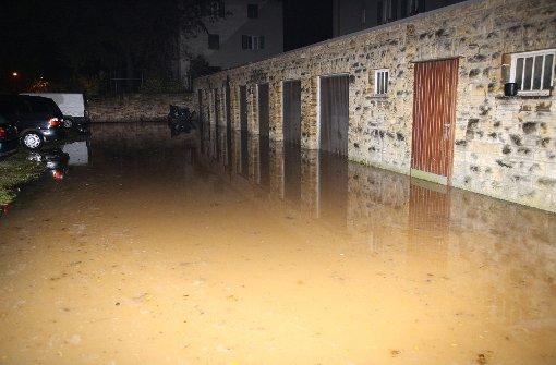 Mit Wasser und Schlamm überschwemmt