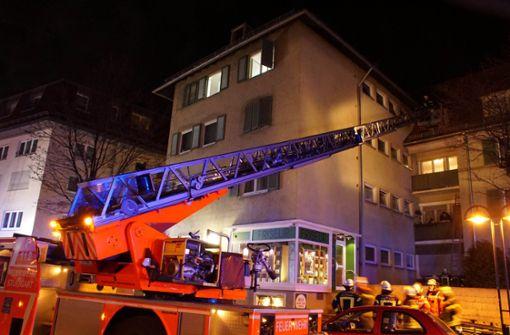 Feuerwehr rettet Bewohner über Drehleitern