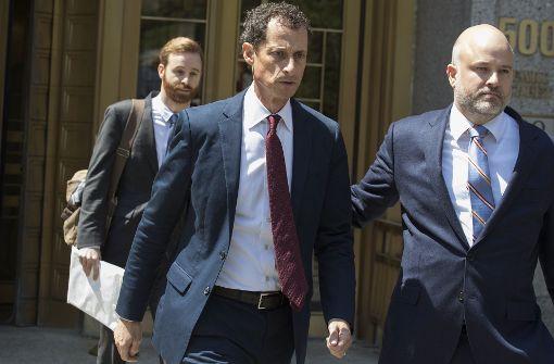 Der frühere US-Kongressabgeordnete Anthony Weiner (Mitte) verlässt das US Bundesgericht in New York. Foto: AP