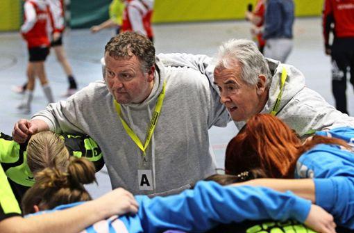 Sie kämpfen gemeinsam gegen die Hallennot: die Sportler aus Plieningen und Birkach. Auf dem Foto sind Handballerinnen des TV Plieningen zu sehen sowie deren Co-Trainer Markus Daigel (links) und  Folker Baur, der Vereinsvorsitzende (rechts). Foto: Yavuz Dural