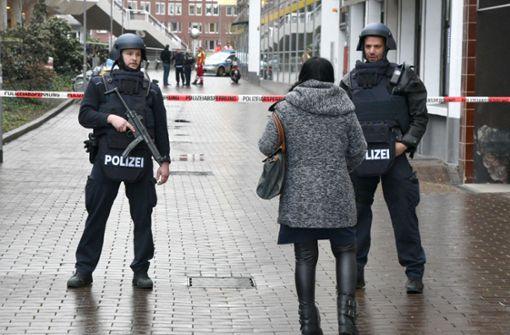 Polizei schießt auf aggressiven Mann mit Messer