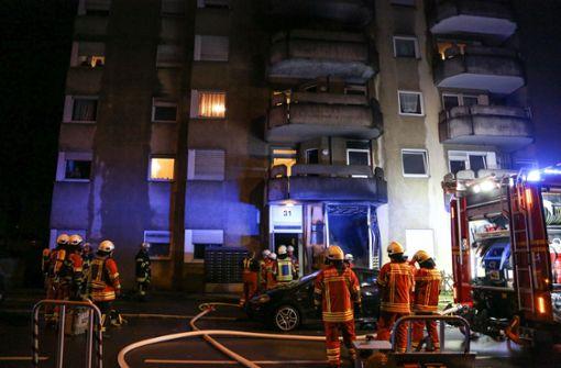 Die Einsatzkräfte vor dem Gebäude in der Rheinlandstraße. Foto: 7aktuell.de/Christina Zambito