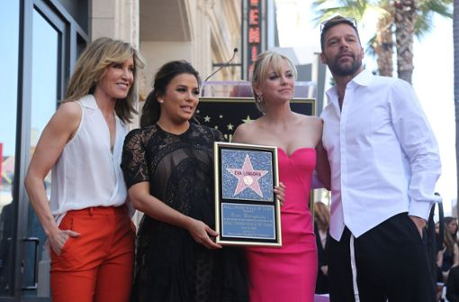 Felicity Huffman, Eva Longoria, Anna Faris und Jose Baston (von links) freuen sich gemeinsam über den Stern.   Foto: AP
