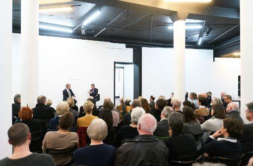 """Voll besetzt: """"Über Kunst""""-Bühne Galerie Parrotta Foto: Steffen Schmid Foto:"""