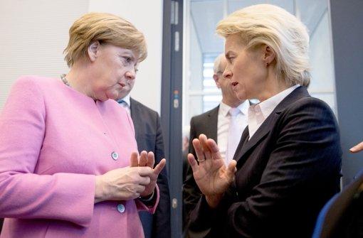 Bundeskanzlerin Angela Merkel und Bundesverteidigungsministerin Ursula von der Leyen unterhalten sich in Berlin zu Beginn der CDU/CSU-Fraktionssitzung im Bundestag. Foto: dpa