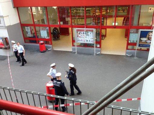 Polizisten sperren am Montag das Kaufland in Stuttgart-Mühlhausen ab. Foto: Twitteruser timkley