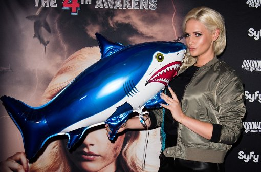 Sarah Knappik kämpft gegen fliegende Haie