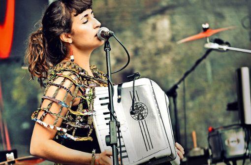 Die Sängerin Franziska Amelie Schuster beherrscht  auch mehrere Instrumente. Hier ist sie bei einem Auftritt mit ihrer Band RasgaRasga beim Weltmusikfestival Horizonte  in Koblenz zu sehen. Foto: Belleisart Photographie