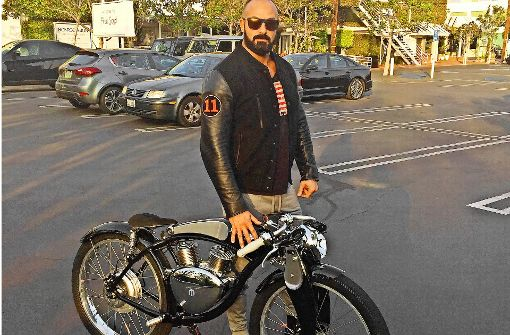 Sascha Gerecht, bekannt als DJ Pate No. 1,  mit seinem E-Bike der Marke  Munro. Foto: Rockstars & Angels