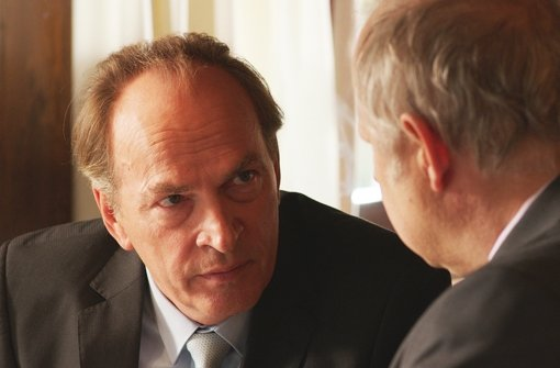 HSW ist ein wichtiger Arbeitgeber in der Region. Deshalb findet Firmenchef Heinz Zöblin (Axel Milberg) bei dem Politiker Moritz Hollstein (Herbert Knaup, li.) immer Gehör. Foto: ARD
