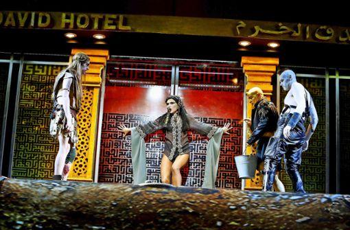 """Bleich wie der Mond: Julischka Eichel als Titelheldin in einer Szene aus """"Salome"""" im Schauspielhaus Stuttgart Foto: Birgit Hupfeld"""