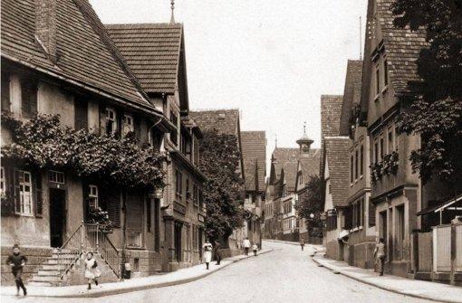"""""""Lange Straße"""" – so hieß die Großglocknerstraße bis 1938. Auf dem Bild sieht man von der heutigen Augsburger Straße hinauf. Im linken Haus mit der Treppe ist heute die Diakonie, rechts ein Ärztehaus. Foto: Archiv Eberhard Hahn"""