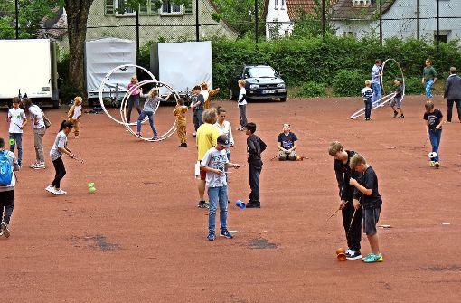 Schüler lernen vom Zirkusprofi