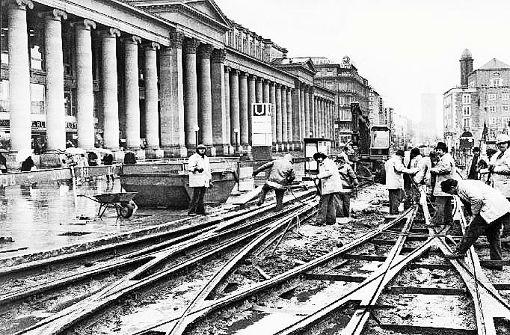1976 werdene Schienen am Schlossplatz herausgerissen, damit die Königstraße zur Fußgängerzone werden kann. Foto: Kraufmann