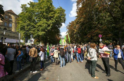 Ein breit aufgestelltes Bündnis aus Politik, Verbänden und Kunst demonstriert auf dem Karlsplatz. Foto: Lichtgut/Leif Piechowski