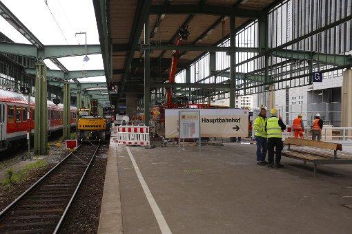 Reisende müssen am Hauptbahnhof in Stuttgart von nun an länger gehen, um zu den Gleisen zu gelangen. Der Grund sind die Baumaßnahmen für Stuttgart 21. Foto: www.7aktuell.de | Florian Gerlach