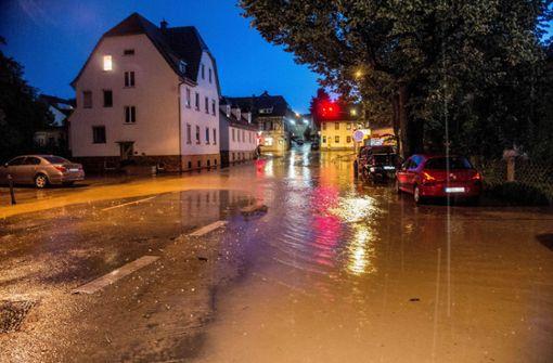 In Altbach (Kreis Esslingen) war durch das Unwetter eine Straße überflutet.  Foto: SDMG