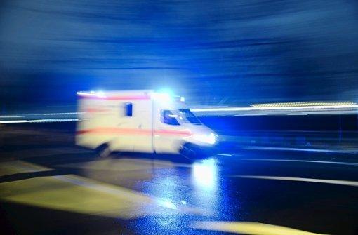 Ein Unbekannter hat in der Nacht auf Samstag einen 25-Jährigen auf brutale Weise zusammengeschlagen und ihm ins Gesicht getreten. (Symbolbild) Foto: dpa