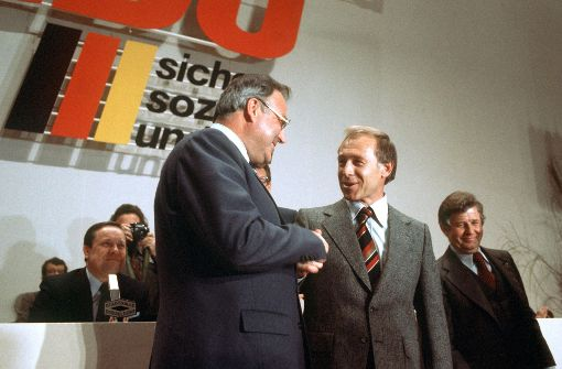 Der damalige CDU-Vorsitzende Helmut Kohl (links) gratuliert auf dem Bundesparteitag der CDU im März 1977 dem neuen CDU-Generalsekretär Heiner Geissler zu seiner Wahl. Rechts der ehemalige Generalsekretär Kurt Biedenkopf, links Walter Wallmann. Foto: dpa