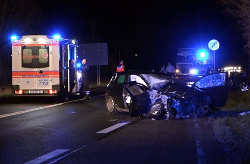 Kleintransporter rammt Familienauto - Frau stirbt