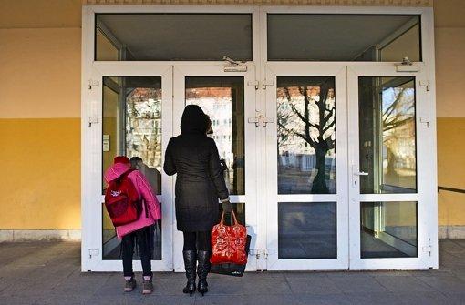 Überfürsorgliche Eltern begleiten ihre Kinder nicht nur bis zur Schultüre, sondern bis ins Klassenzimmer Foto: dpa-Zentralbild