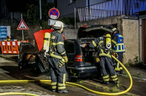 Besitzer versucht sein brennendes Auto zu löschen