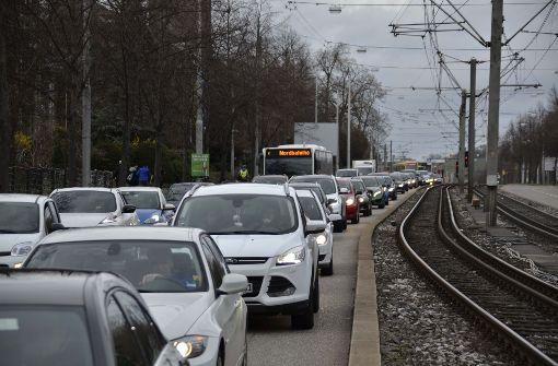 Der Verkehr staute sich auf der Heilbronner Straße... Foto: Andreas Rosar Fotoagentur-Stuttg