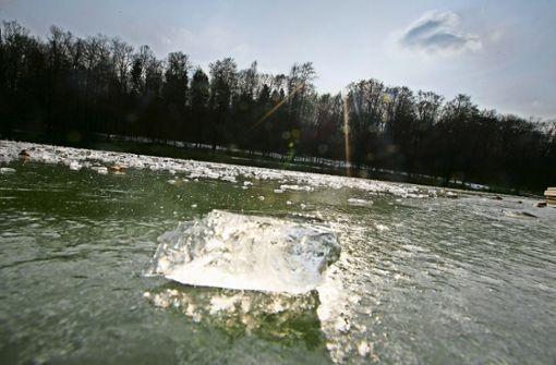 Sportler  bewegen sich  auf dünnem Eis