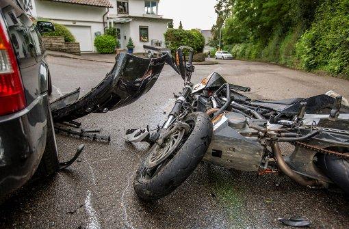 Motorradfahrer und Sozius über Auto geschleudert