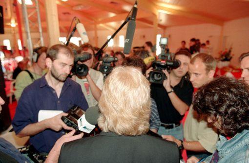 Großer Andrang bei Schäfers Vorstellung im Sommer 1998. Der langjährige Trainer des Karlsruher SC löste beim VfB den bei den Fans beliebten und erfolgreichen Joachim Löw ab.  Foto: Baumann