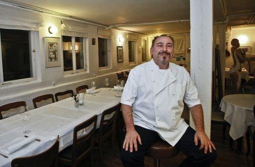 Jiannis, der Wirt, in seinem Restaurant in Heimerdingen Foto: Petsch