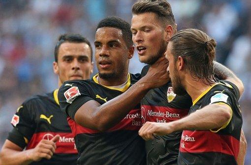 Daniel Ginczek (2. v.r.)kann aktuell nur zuschauen. Seine Mannschaftskameraden machten ihm heute eine besondere Freude. Foto: Pressefoto Baumann